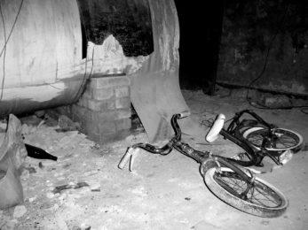 Kaputtes Fahrrad in schmutzigem Raum